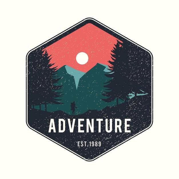 Человек путешествует с рюкзаком vintage adventure logo Premium векторы