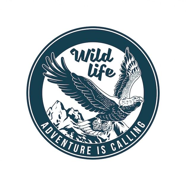 ヴィンテージのロゴ、プリントアパレルデザイン、エンブレム、パッチ、クラシックなアメリカの野生のワシ鳥捕食者のバッジをその場で。冒険、旅行、夏のキャンプ、アウトドア、探索、自然。 Premiumベクター