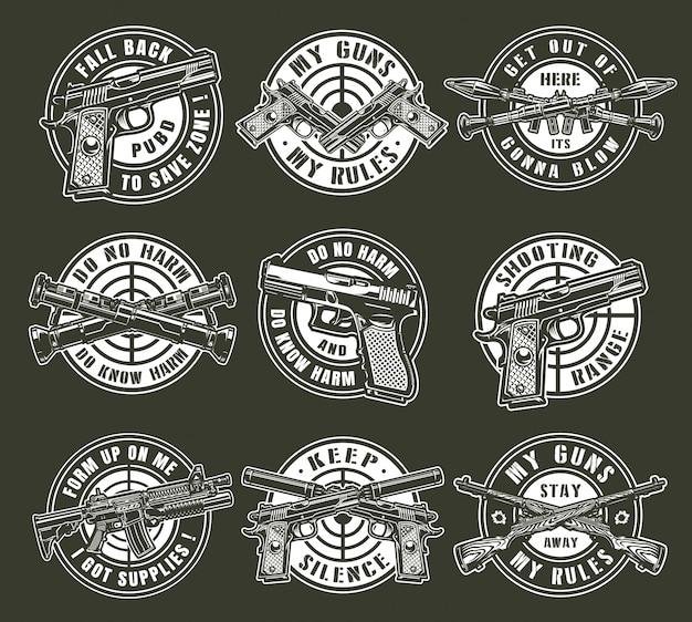 Emblemi rotondi delle armi militari monocromatiche d'annata Vettore gratuito
