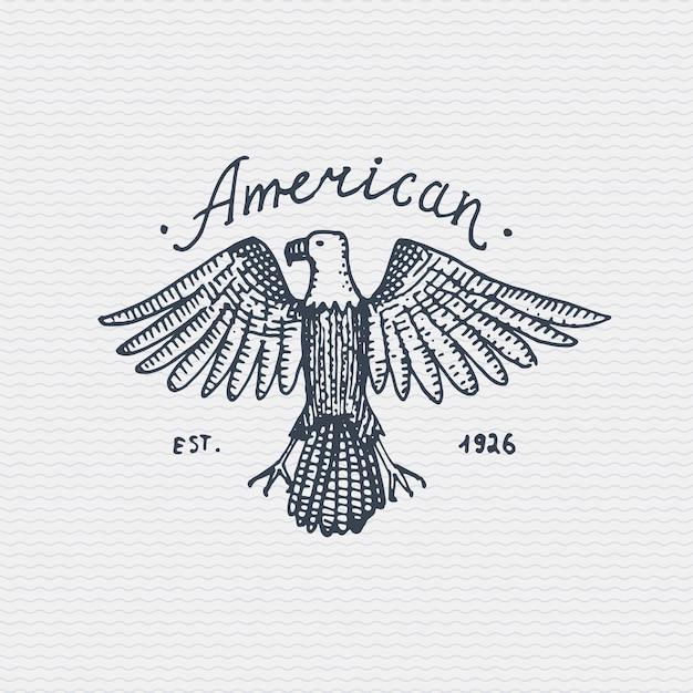 Старинный старый логотип или значок, гравировка этикетки и стиль старой рисованной с диким белоголовым орланом Premium векторы
