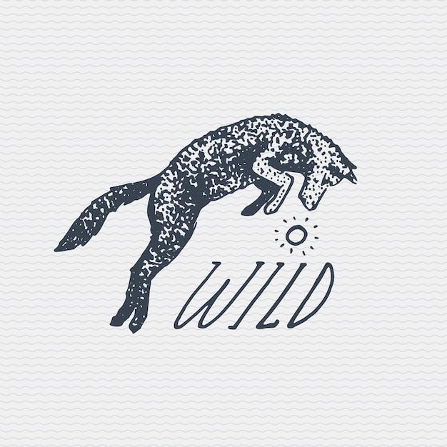 Старинный старый логотип или значок, выгравированная этикетка и стиль, нарисованный от руки, с прыжками дикого волка или рыжей лисы Premium векторы