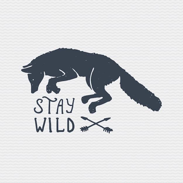 Старинный старый логотип или значок, гравировка этикетки и стиль старой рисованной с диким волком или рыжей лисой. оставайся диким Premium векторы