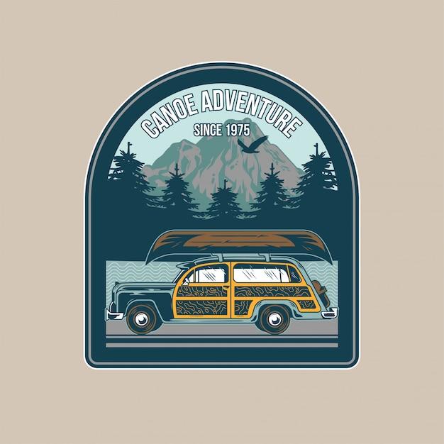 여행에 대 한 오래 된 야영 차와 강 여행에 대 한 지붕에 나무 카누 빈티지 패치. 모험, 여름 캠핑, 야외, 자연, 개념. 프리미엄 벡터
