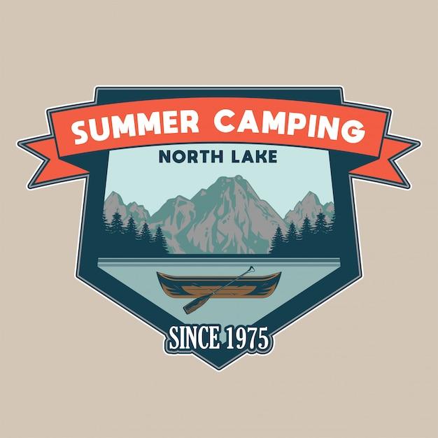 호수와 일부 나무와 산에 여행을위한 나무 카누와 빈티지 패치 모험, 여행, 여름 캠핑, 야외, 자연, 개념 프리미엄 벡터