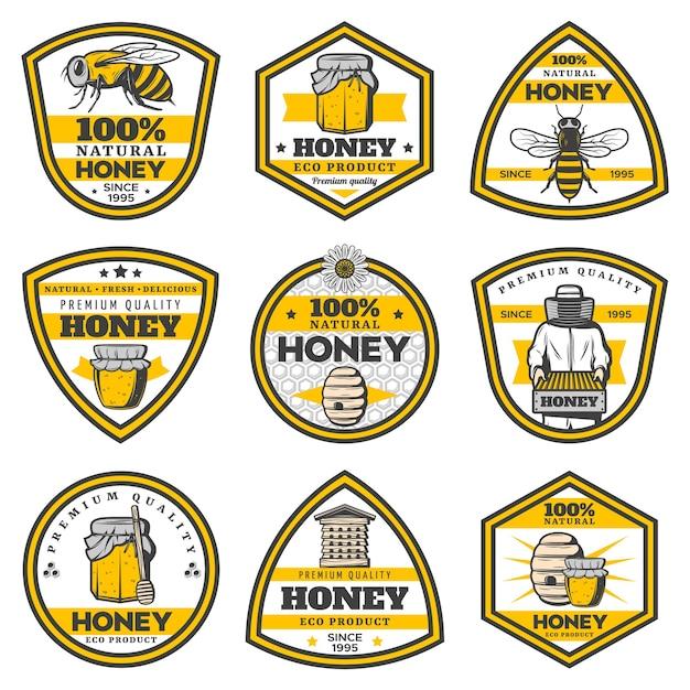 Emblemi di miele giallo vintage con iscrizioni api pentole alveare apicoltore a nido d'ape bastoni mestolo isolati Vettore gratuito