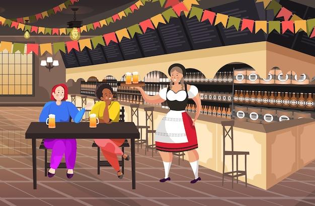 Официантка, подающая пиво, чтобы смешать расы пара в баре октоберфест вечеринка концепция празднования друзья сидят за столом мужчина женщина весело горизонтальная полная длина векторная иллюстрация Premium векторы