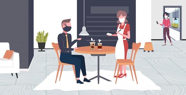 Официантка принимает заказ от клиента в маске для предотвращения эпидемии mers-cov wuhan 2019-ncov концепция риска пандемии для здоровья кафе интерьер полная длина горизонтальный Premium векторы