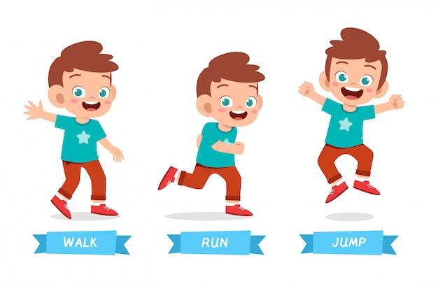Счастливый малыш мальчик делает wak run прыгать Premium векторы
