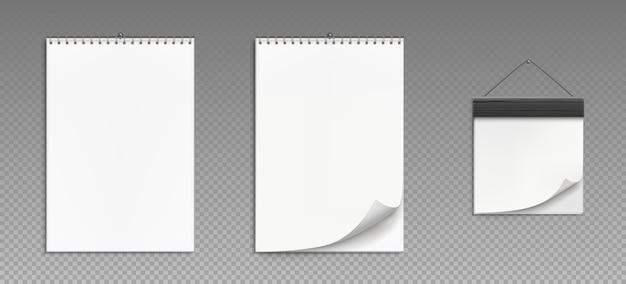 Настенные календари со спиралью и деревянной рамкой, изолированные на прозрачном фоне. реалистично отрывной календарь, белый бумажный планировщик офиса или блокнот, висящий на стене Бесплатные векторы