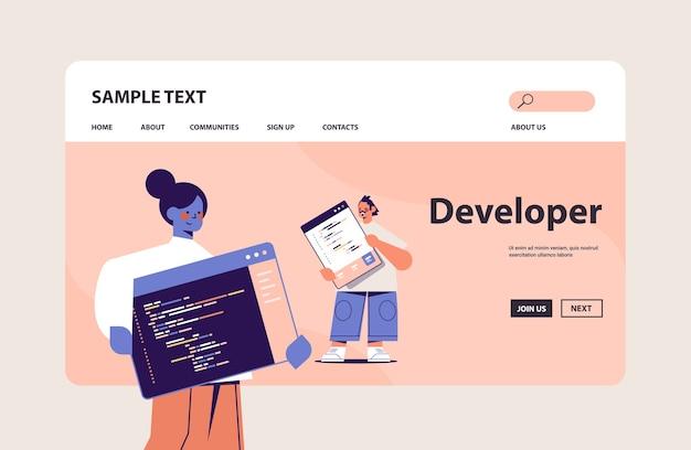 Web開発者は、ソフトウェアのプログラムコード開発とプログラミングコンセプトのコピースペースを作成するカップル Premiumベクター