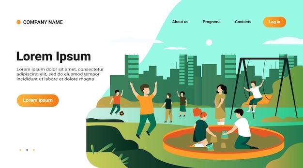 Modello di sito web, pagina di destinazione con illustrazione dei bambini sul concetto di parco giochi. bambini felici che oscillano, calciano il pallone da calcio, giocano nella sandbox Vettore gratuito