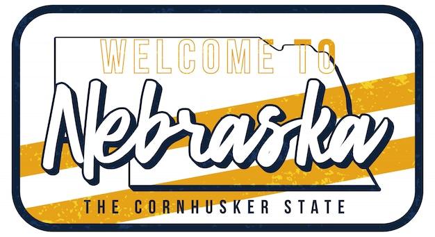 ネブラスカヴィンテージさびた金属サインイラストへようこそ。タイポグラフィ手描きのレタリングとグランジスタイルの州地図。 Premiumベクター