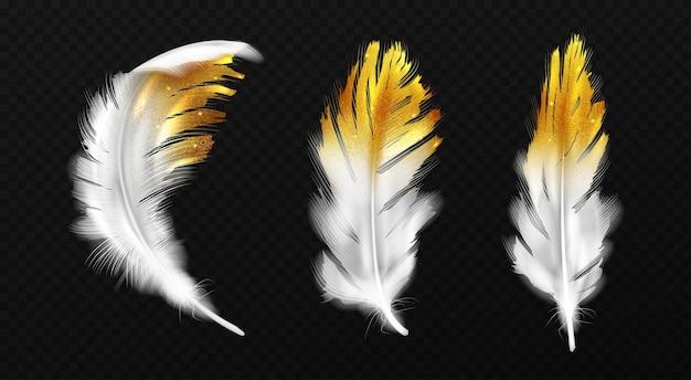 가장자리에 금색 반짝이가있는 흰색 깃털, 황금 불꽃이있는 새 깃털 또는 hackles, 검은 배경에 고립 된 boho 스타일 유행 디자인 요소, 현실적인 3d 일러스트, 아이콘 세트 무료 벡터