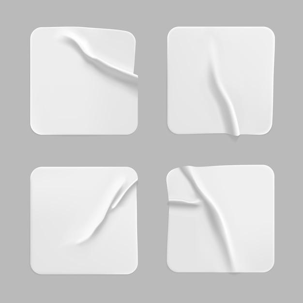 Набор наклеенных наклеек белый квадрат. пустая белая клейкая квадратная бумажная или пластиковая наклейка с эффектом морщинистой мятой бумаги. Premium векторы