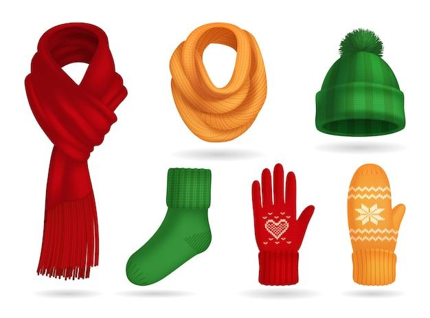 Insieme realistico dei vestiti tricottati inverno con il cappello e guanti isolati Vettore gratuito