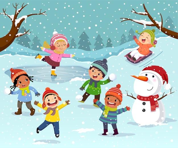 子供と雪だるまの冬の野外活動 Premiumベクター