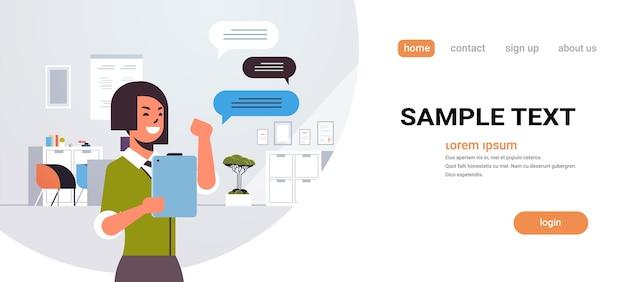 モバイルアプリのソーシャルネットワークチャットバブル通信を使用してタブレットの実業家でチャットの女性 Premiumベクター