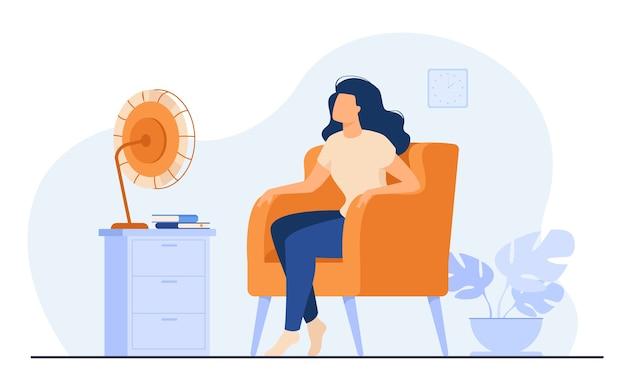 Donna che condiziona l'aria a casa, si sente calda, cerca di raffreddare e si siede su un ventilatore. illustrazione vettoriale per clima estivo, elettrodomestico, stanza di riscaldamento Vettore gratuito