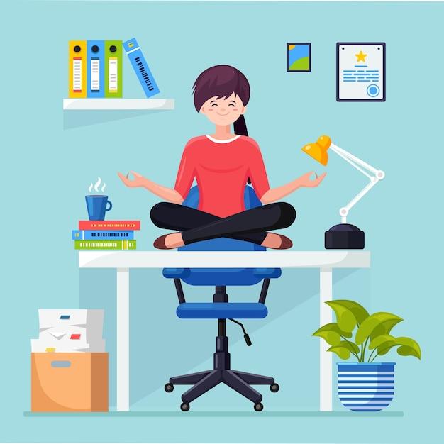 オフィスの職場でヨガをしている女性。 padmasanaロータスに座っている労働者は机でポーズをとり、瞑想し、リラックスし、落ち着き、ストレスを管理します。 Premiumベクター