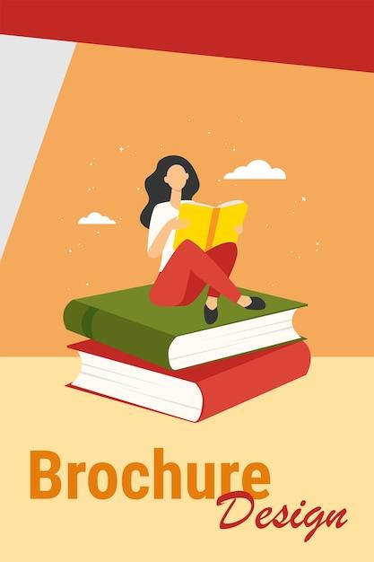 Donna che legge sulla pila di libri. ragazza dell'allievo che fa l'illustrazione piana di vettore dei compiti. istruzione, letteratura, biblioteca, concetto di conoscenza Vettore gratuito
