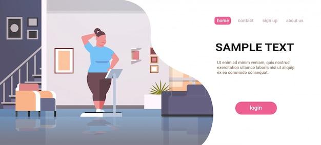 Женщина стоит на весах над размером девушка ожирение контроль веса концепция современная квартира Premium векторы
