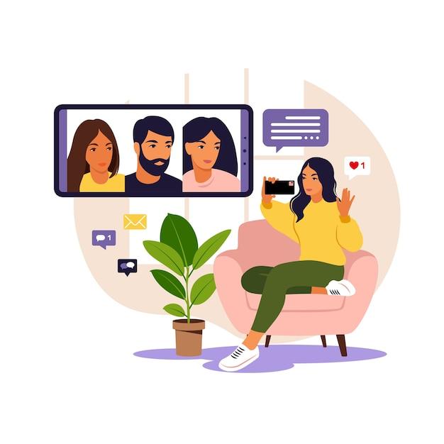 집단 가상 회의 및 그룹 화상 회의를 위해 전화를 사용하는 여성. 온라인 친구와 채팅하는 여자. 화상 회의, 원격 작업, 기술 개념. 프리미엄 벡터