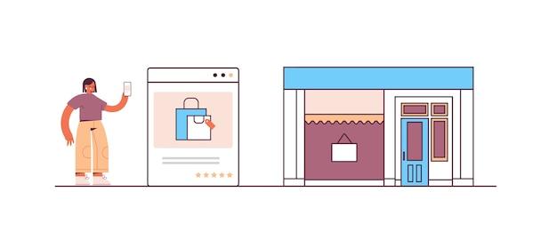 オンラインショッピングの注文と支払いeコマースのスマートな購入にスマートフォンアプリケーションを使用している女性 Premiumベクター