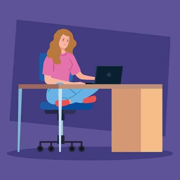Женщина работает удаленного общения с ноутбуком в столе Бесплатные векторы