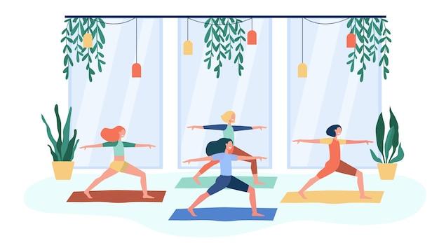 Женщины, тренирующиеся в фитнес-клубе, посещающие занятия йогой, стоя в позе воина на коврике. плоские векторные иллюстрации для физической активности, гимнастики, концепции образа жизни Бесплатные векторы