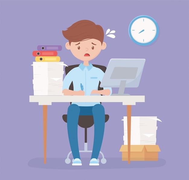 Взволнованный сотрудник в офисе стола с компьютером бумаг и часового стресса Premium векторы