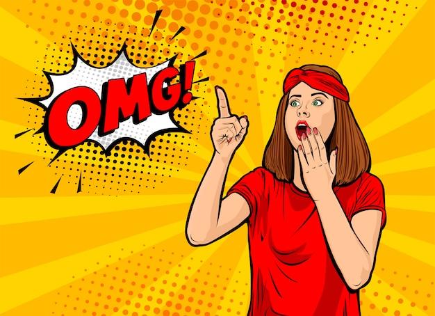 Ух ты женское лицо. сексуальная удивленная молодая женщина с открытым ртом и рукой и пузырем речи omg. красочный фон в стиле поп-арт ретро комиксов. плакат. Premium векторы