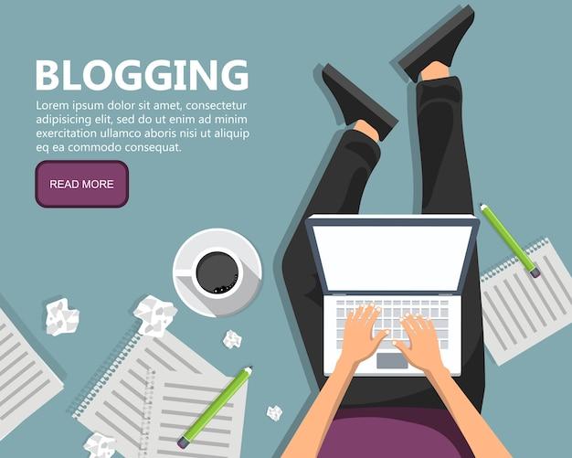 Написание рассказа или колонки для газеты или журнала. человек сидит на полу и держит ноутбук на коленях. Premium векторы