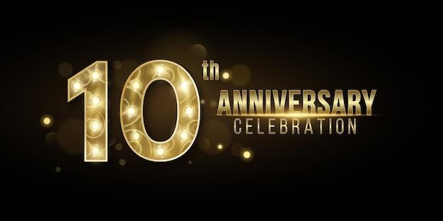 Обложка years anniversary создана из элегантных золотых цифр с шикарными лампами на темном фоне с абстрактными огнями боке. Premium векторы