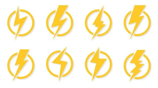 黄色の稲妻のアイコンを設定します。サークルの電気ストライクサイン。デザインのロゴ電圧電源と感電の危険に最適です。エネルギーと雷電気のシンボル Premiumベクター