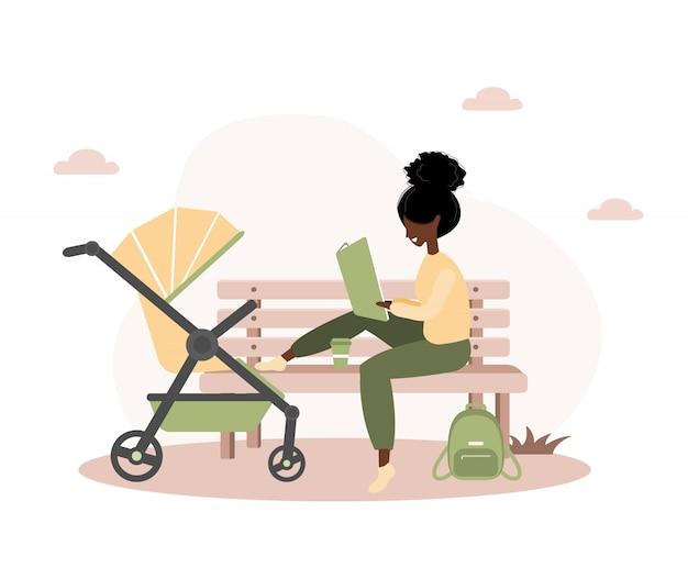 Молодая афро-американская женщина гуляет со своим новорожденным ребенком в желтой коляске. девушка сидит с коляской и младенцем в парке на открытом воздухе. Premium векторы