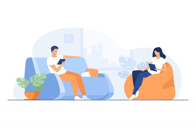 Giovani coppie che leggono libri in soggiorno Vettore gratuito