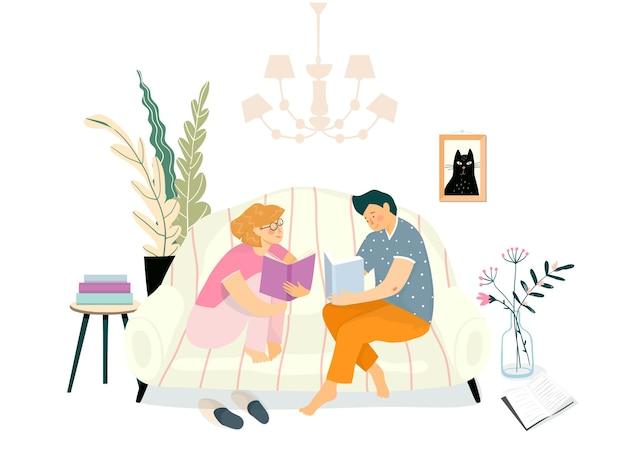 リビングルームのソファで本を読んでいる若いカップル。日常生活のイラスト、家のインテリアのソファで読書を勉強したりリラックスしたり。 Premiumベクター
