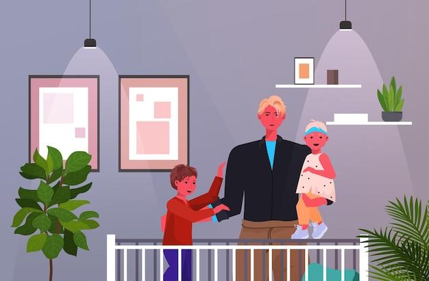 ベビーベッドの父性の子育ての概念の近くで娘と息子と一緒に立っている若い父親は、彼の子供の寝室のインテリアの肖像画と水平に時間を過ごしています Premiumベクター