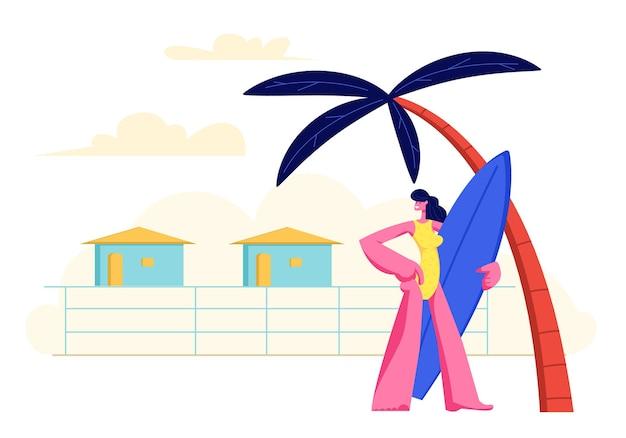 리조트 롯지 배경에 야자수 아래 모래 해변에 서있는 손에 서핑 보드와 어린 소녀 무료 벡터