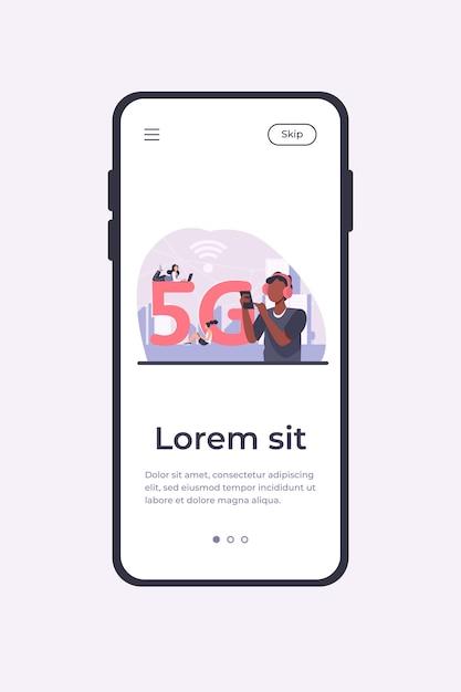 Giovani che utilizzano una connessione internet wireless ad alta velocità 5g. uomini e donne che utilizzano dispositivi digitali con wi-fi cittadino gratuito. modello di app mobile illustrazione vettoriale Vettore gratuito