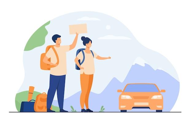 Молодые туристы с рюкзаками, стоящими возле дороги и автостопом изолировали плоскую векторную иллюстрацию. счастливая пара шаржа листая к машине. Бесплатные векторы