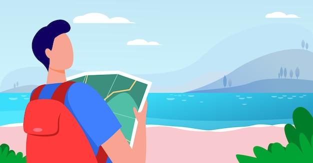 Молодой путешественник держит карту и стоит возле озера. рюкзак, пейзаж, поездка плоские векторные иллюстрации. отпуск и природа Бесплатные векторы