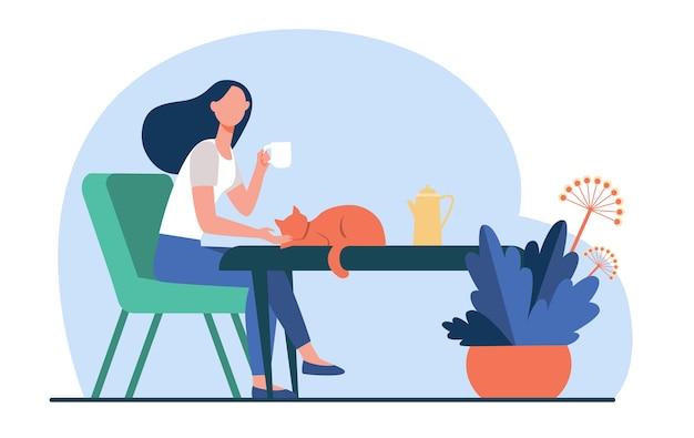Молодая женщина, поглаживая рыжий кот во время питья чая. перерыв на кофе, утро, домашнее животное плоские векторные иллюстрации. уютный дом, горячий напиток, осенняя концепция Бесплатные векторы