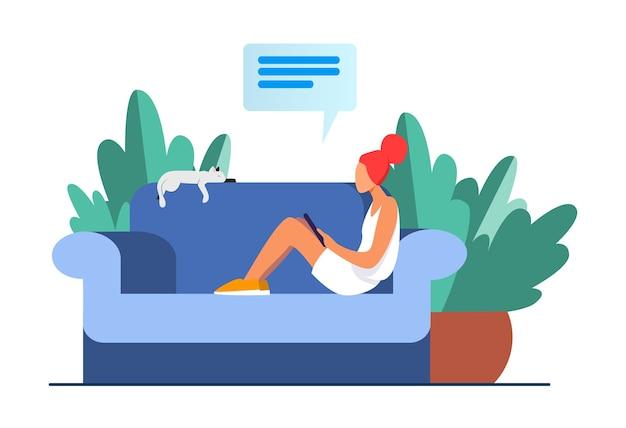 猫とモバイルデバイスが付いているソファーに座っていた若い女性。女の子、チャット、スマートフォンフラットベクトルイラスト。家とリラクゼーション 無料ベクター