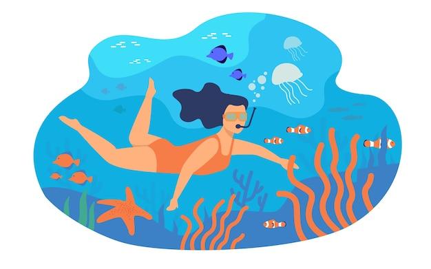 水中マスクで泳いでいる若い女性は、フラットのベクトル図を分離しました。カラフルな魚と海でのダイビングの漫画のキャラクター。 無料ベクター