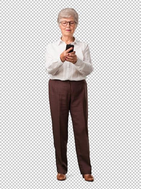Ältere frau des vollen körpers glücklich und entspannt, das mobile berührend, das internet und die sozialen netzwerke, das positive gefühl der zukunft und der moderne verwendend Premium PSD