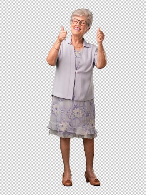 Ältere frau des vollen körpers nett und aufgeregt, lächelnd und ihren daumen oben anheben Premium PSD
