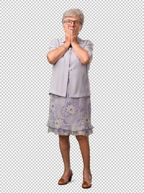 Ältere frau des vollen körpers sehr erschrocken und ängstlich, hoffnungslos nach etwas, schreie des leidens und der offenen augen, konzept des wahnsinns Premium PSD