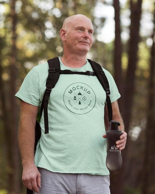 Älterer mann auf dem campingplatz mit einem modell-t-shirt Premium PSD