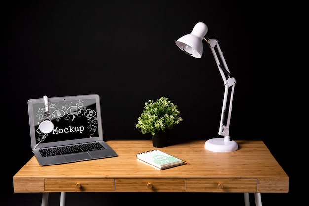 Arbeitsbereich mit lampe und pflanze Kostenlosen PSD